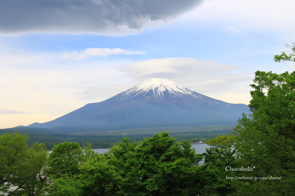 手前にどんより雲 富士山